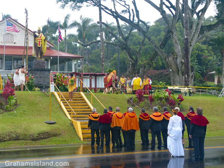 A group pays its respect to the statue of King Kamehameha 1 in Kapaau
