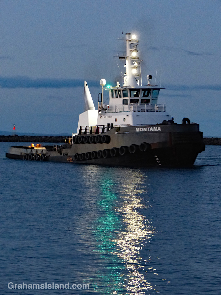 tug with starboard light showing